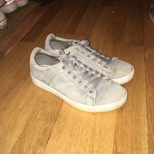 Gråa skor i nyskick💓 köparen står för frakt
