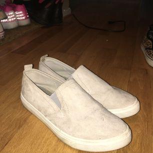 Gråa skor i nyskick endast använda en gång! Köparen står för frakt