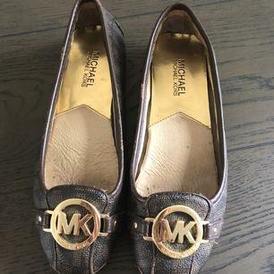 Äkta Michael Kors ballerina i stort behov av omsorg!🌸 Dessa skor är mycket använda, därav skicket och skadorna. De säljes billigt för att de skulle behövas ta till en skomakare!   Kontakta mig vid frågor!🌸