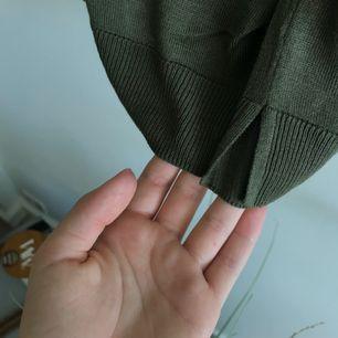 En oversized mörkgrön tröja som man kan styla på många sätt. Den passar en M o kanske en L oxå - frakten ingår inte i priset