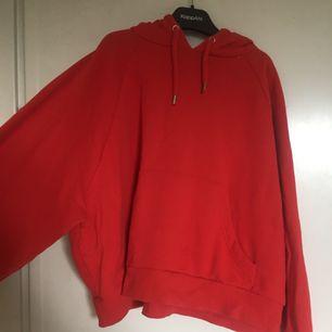 Röd hoodie i mycket bra skick pga sparsamt använd. Passar S, men även XS och M. :)  Möts upp i Sthlm alternativt frakt då köpare står för extrakostnaden.