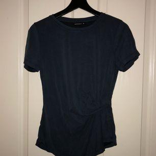 T-shirt i mörkblå färg. Knappt använd så i väldigt gott skick. Köpare betalar frakt.