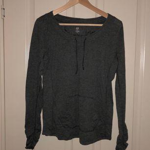 Träningströja från H&M i mörkgrå färg. Köpare betalar frakt.