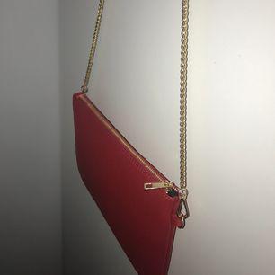 röd väska med gulddetaljer från boohoo!