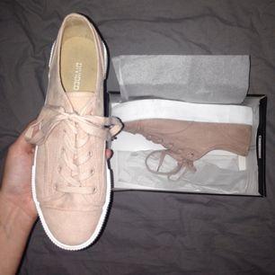Sneakers i storlek 39,5 (står 40 men är mindre i storleken) från H&M. Lagt undan skorna i en random låda, endast använda en gång.