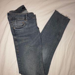 Stretchiga jeans från Zara, knappt använda. Hål på ena knät. Köpare står för frakt.