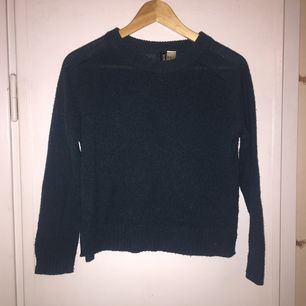 """Grön""""mossig"""" stickad tröja. Bra skick!  Storlek: XS men fungerar även för S. Möts upp i Sthlm alternativt fraktar då köpare står för extra kostnad."""