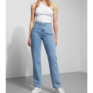 Helt nya Row Jeans från weekday. Inköpta för 500kr. Knappt använda pga för små. (Tryckte in mig i jeansen för denna annons Haha) Storlek: 26/30 Möts upp i Sthlm alternativt fraktar då köpare står för extra kostnad.
