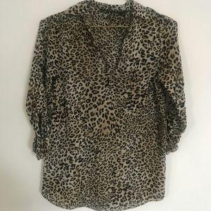 Leopardmönstrad blus från Zara
