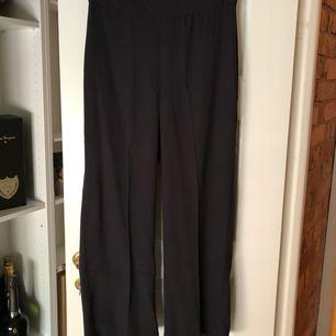 Mörkgråa culottes från Lindex. Tunna dressade byxor i ankellängd. Helt nya.