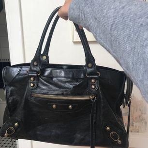 Balenciagaliknande väska i skinn köpt i Italien. I väldigt fint skick!