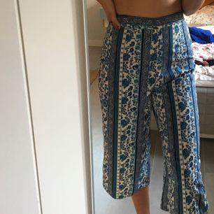 Supersnygga byxor med blått mönster från hm! 3/4 långa och högmidjade. Bra skick:)