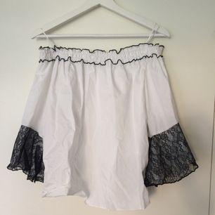 Gullig off-shoulder vit top från Zara, med trmpetärmar och svarta spetsdetaljer. Kommer aldrig till användning för mig. (Köparen står för frakten)