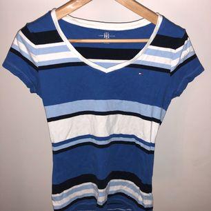 Tommy blå/vit T-shirt : M :- 70kr