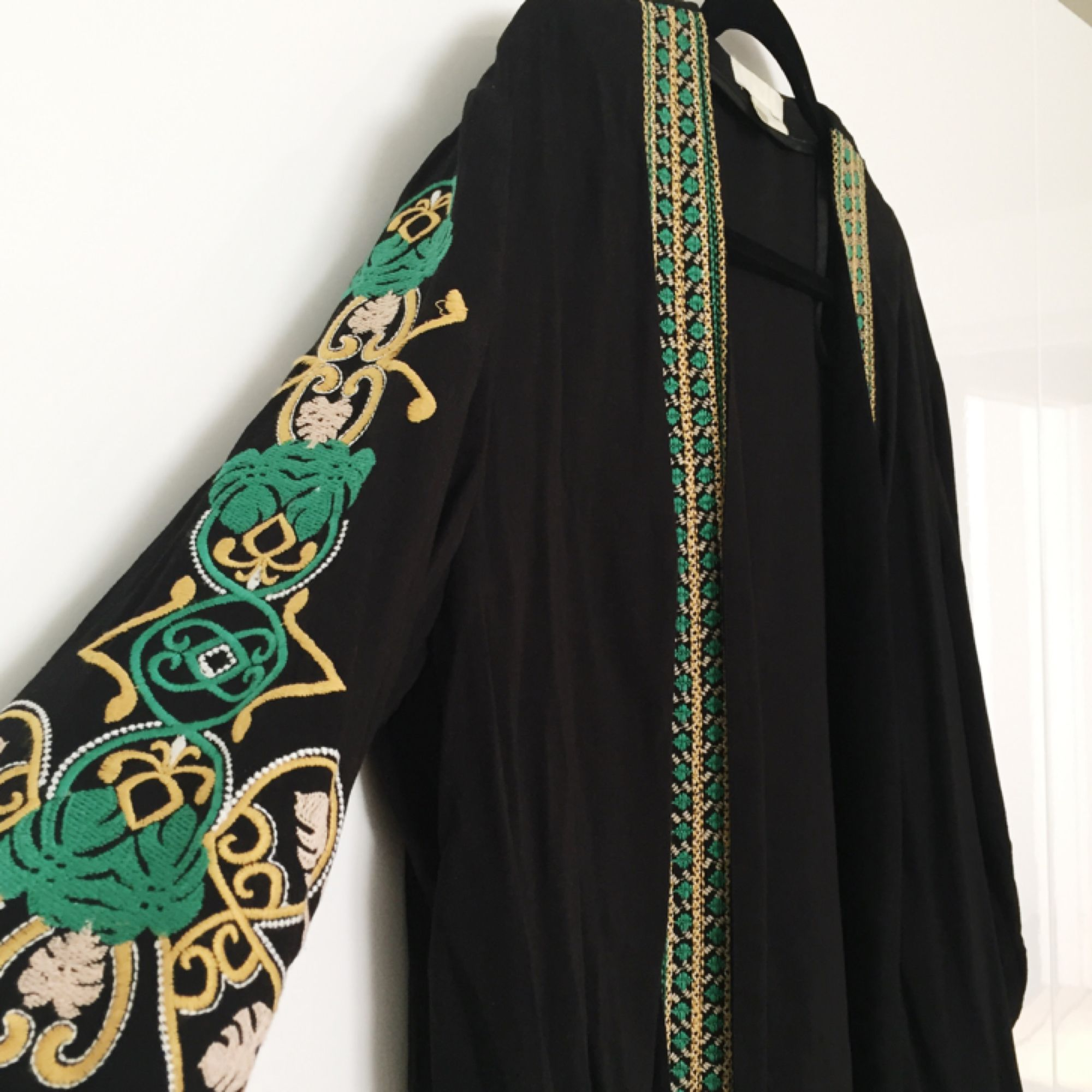 Kofta/kimono från H&M med broderi framtill och på ärmarna. Tröjor & Koftor.