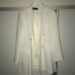 Trenchcoat från Zara i vit färg, aldrig använd och prislappen sitter kvar därav priset