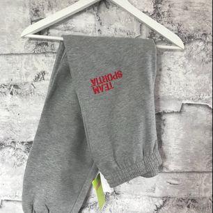 Ett par mjuka gråa byxor från Team Sportia i storlek 146/152🌹
