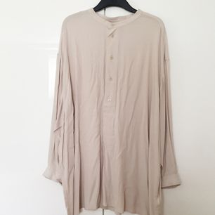 Beige skjortklänning från Weekday. Prislappen kvar! Nypris 500 kr.