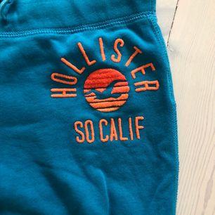 Blåa Hollister mjukisbyxor med orange logga.  Storlek xs  Tajt modell  Nypris 500kr Pris kan diskuteras  Kan möta upp och frakta (frakt står köparen för)