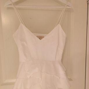 Super fin vit blus med volanger och döljd dragkedja på sidan från h&m. Säljer då den tyvärr är för liten.  Pris kan diskuteras:) Möter upp och fraktar. (Frakt står köpare för)
