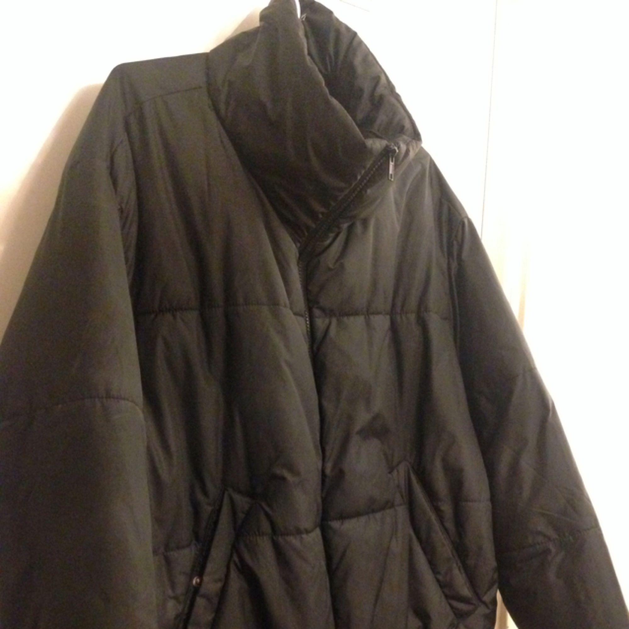 Puffer jacket från weekday i size M. Sitter lite cropped.. Jackor.