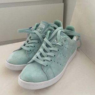 sprillans nya oanvända skor från adidas senaste kollektion av stan Smith. Färg: mintblå. Material: mocha.  • nypris 999 kr, mitt pris 400.  • toppskick • kan hämtas upp/ mötas upp/ annars står du för frakt