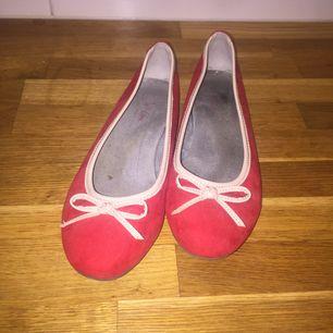 Röd/rosa ballerinaskor. Sparsamt använda och därmed i gott skick! Fina inför skolstarten :)  Möts upp i Sthlm alternativt frakt då köpare står för kostnaden. :)