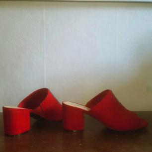 Röda mules från Din sko. Använda en gång.