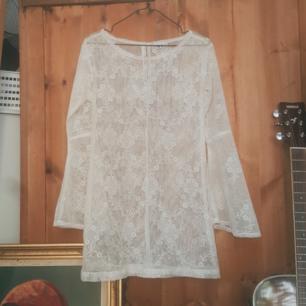 Offwhite, kort 60tals-spetsklänning från Beyond Retro. Flare-ärmar från armvecket. Oanvänd.