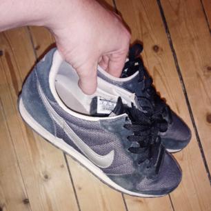 Svarta/gråa Nikes i använt men gott skick!