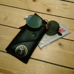 Ray Ban Flat Ovals med silvrigt spegelglas och guldiga bågar. Sparsamt använda, i mycket gott skick! Nypris: ca 1300 kr!