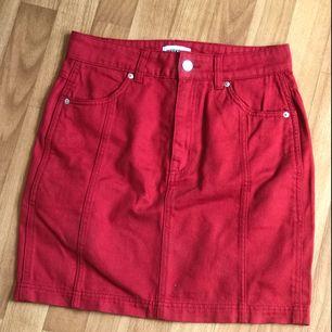 Röd jeanskjol från weekday!! Så fin men köpte fel storlek och glömde av att lämna tillbaka den hehe :( aldrig använd utanför huset!  Köparen står för frakt!❤️