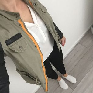 Säljer nu min supersnygga jacka från Vera Moda! Snygga detaljer!  Fint skick, tryckknappen vid fickan saknas, men inget som syns. Köparen står för frakten.