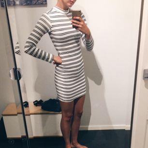 Jättefin långärmad randig klänning, väldigt bekväm! Är en XS men jag har vanligtvis S och den funkar bra på mig då tyget är väldigt stretchigt. Kolla gärna in mina andra annonser!