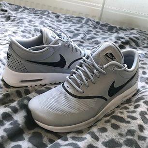 Nike air max thea, storlek 39 (lite små så passar mig med 38). Använda utomhus 1 gång. Frakt 50kr.