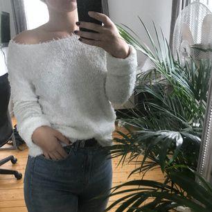 Jättemysig tröja från h&m, kan både kläs upp och kläs ner så att den funkar till flera tillfällen! Fraktar gärna men då står köparen för extra kostanden, möts annars upp i Norrköping