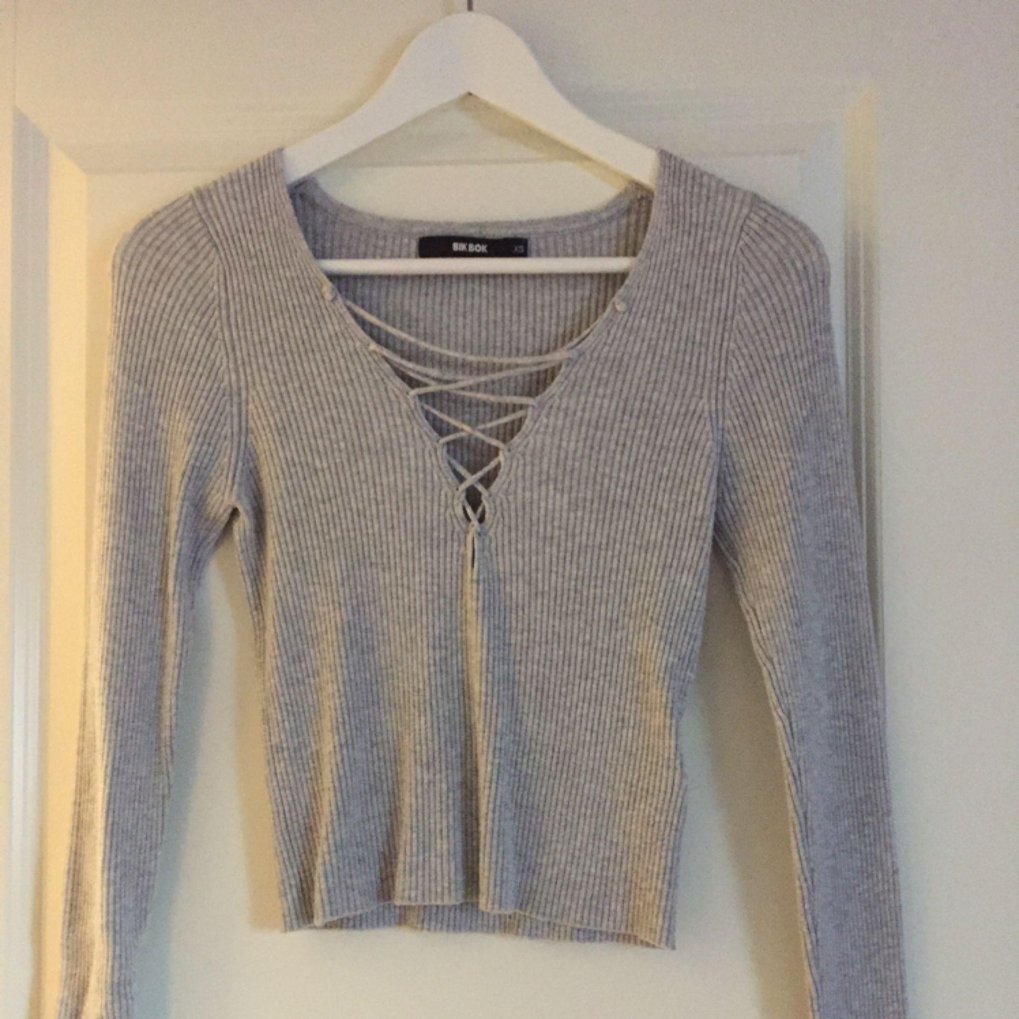 Grå tröja med snörning, tröjan slutar över naveln ungefär. Endast prövad! Så nyskick. Köpare står för frakt. Toppar.
