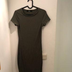 Jätte fin klänning i stretch material 😍 använd ca 2 gånger! Ungefär knälång och har en slit vid benet, fler bilder? Fråga på❤️