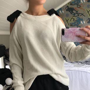 Stickad, lite längre tröja med cutouts på axlarna, från Gina tricot. Använd ca 2-3 gånger. Frakten inräknad i priset