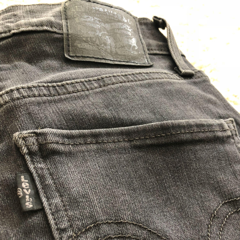 Mile high super skinny jeans från Levis i svart/mörkgrå. Köparen står för alt. Frakt. Jeans & Byxor.