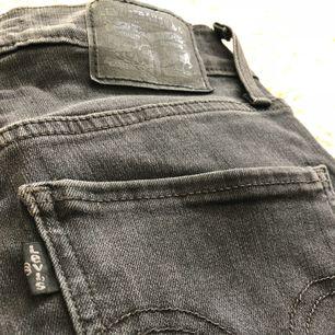 Mile high super skinny jeans från Levis i svart/mörkgrå. Köparen står för alt. Frakt