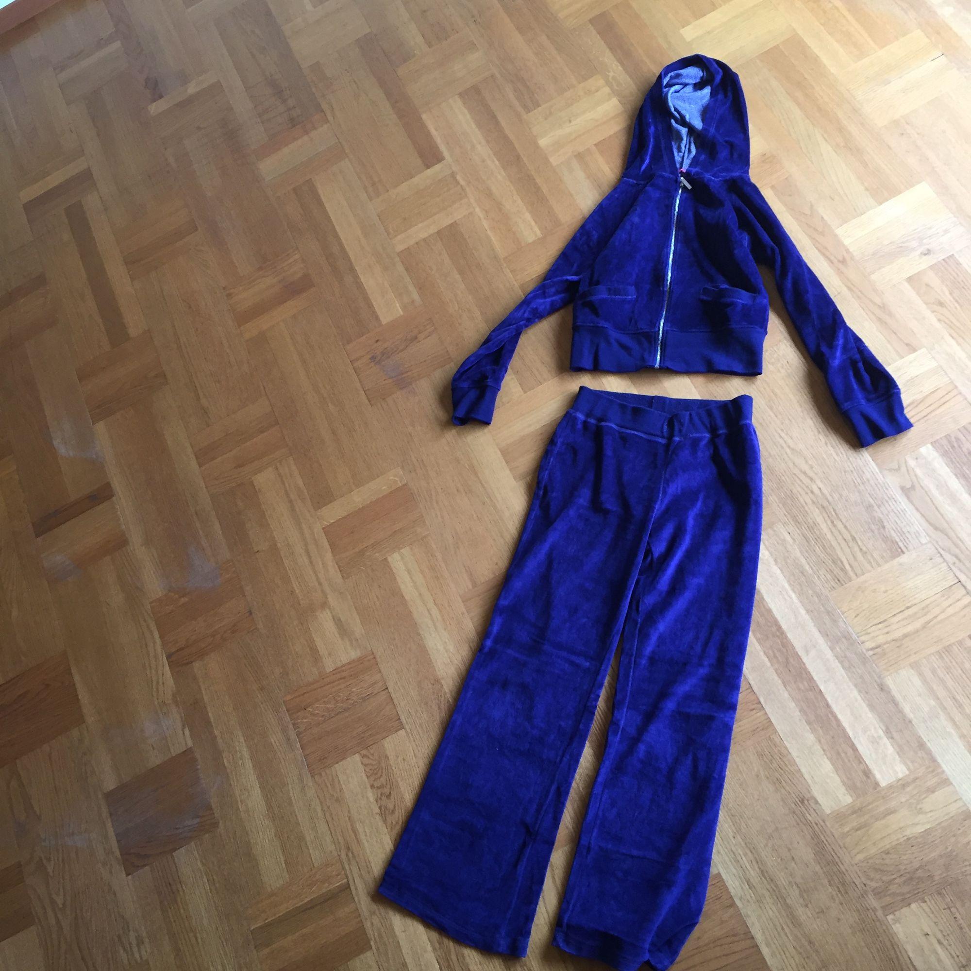 Mysig dress i mörkblått sammets liknande tyg. Använd men fortfarande fint skick! 80%bomull 20%polyester. Frakt tillkommer 🌸. Huvtröjor & Träningströjor.