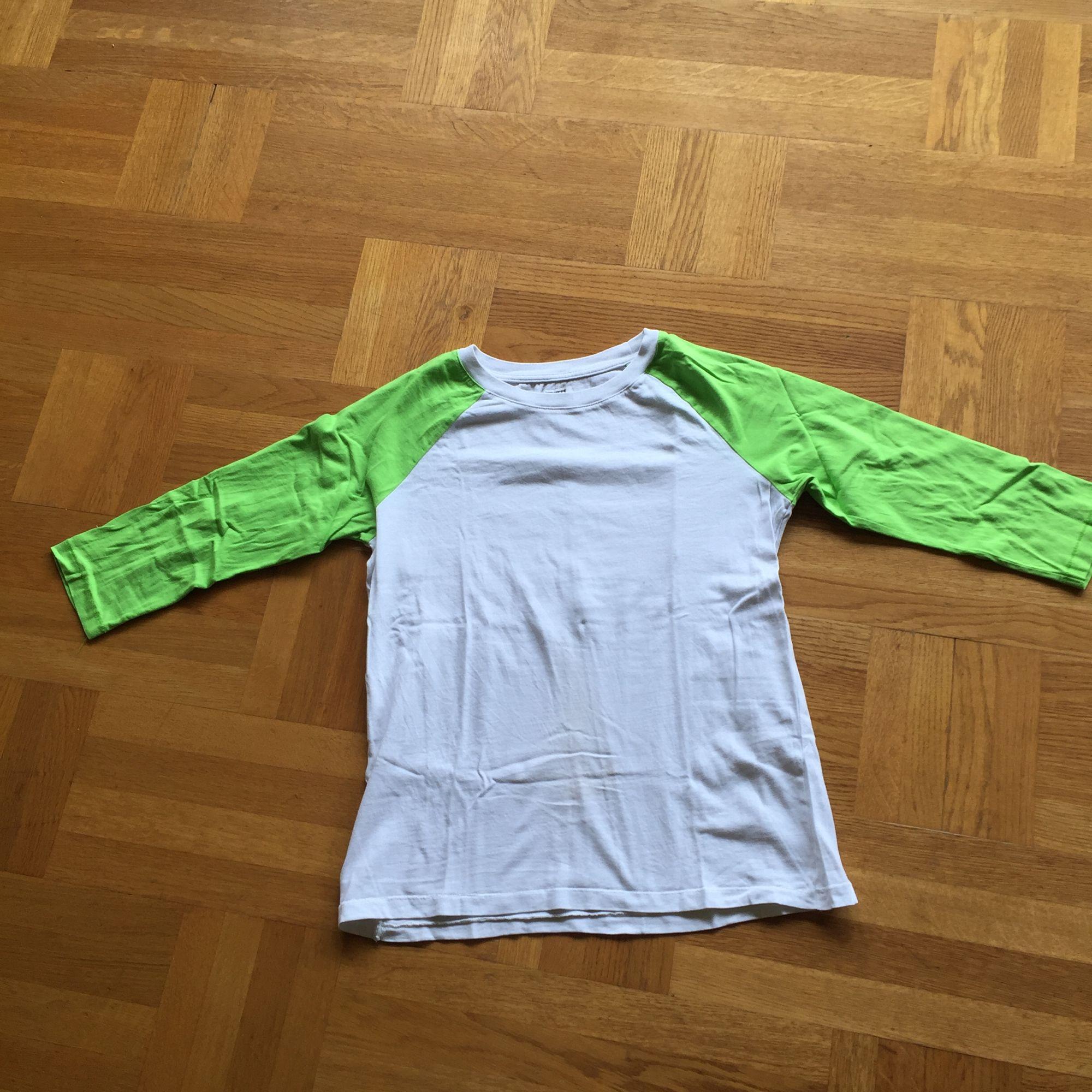 Tröja i bomull från weekday. Fint skick ! Frakt tillkommer🌸. T-shirts.