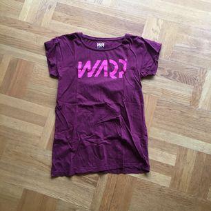 T-shirt i bomull. använt men fint skick! Frakt tillkommer 🌸