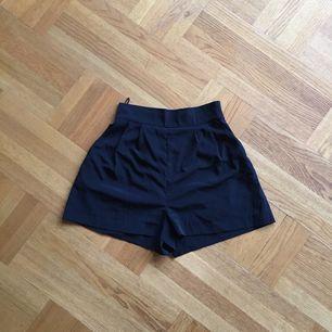 Dressade svarta shorts med hög midja från monki. Dragkedja i sidan. Fint skick! Frakt tillkommer🌸