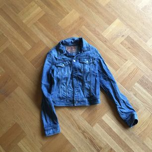 Jeans jacka i kort modell. Fint skick ! Frakt tillkommer🌸