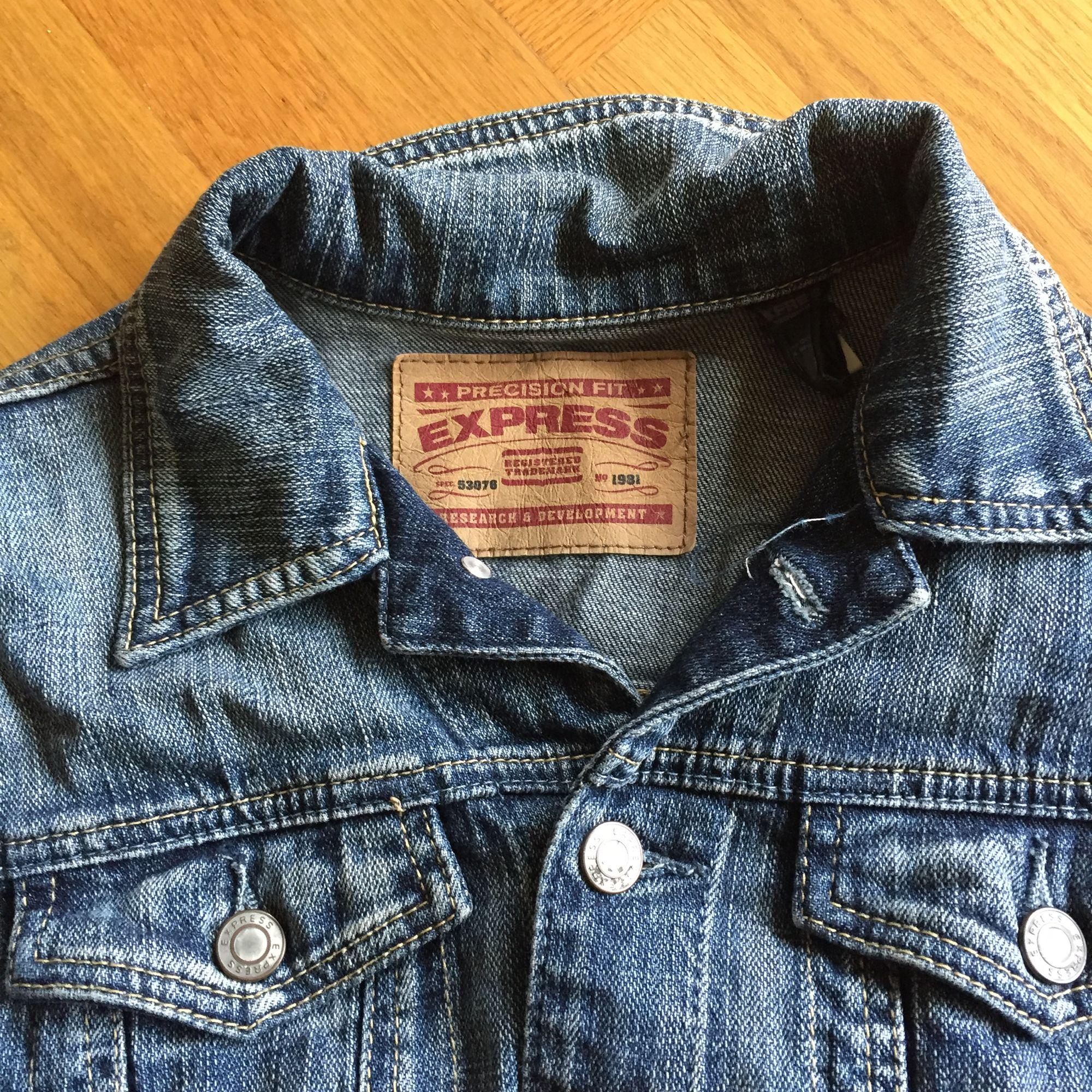 Jeans jacka i kort modell. Fint skick ! Frakt tillkommer🌸. Jackor.
