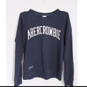 Sweatshirts i storlek s. Använd men inga skador.  Kan skickas eller mötas upp i centrala Stockholm!