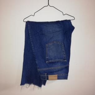 True blue jeans. Högmidjade. Sköna med lite stretch i.