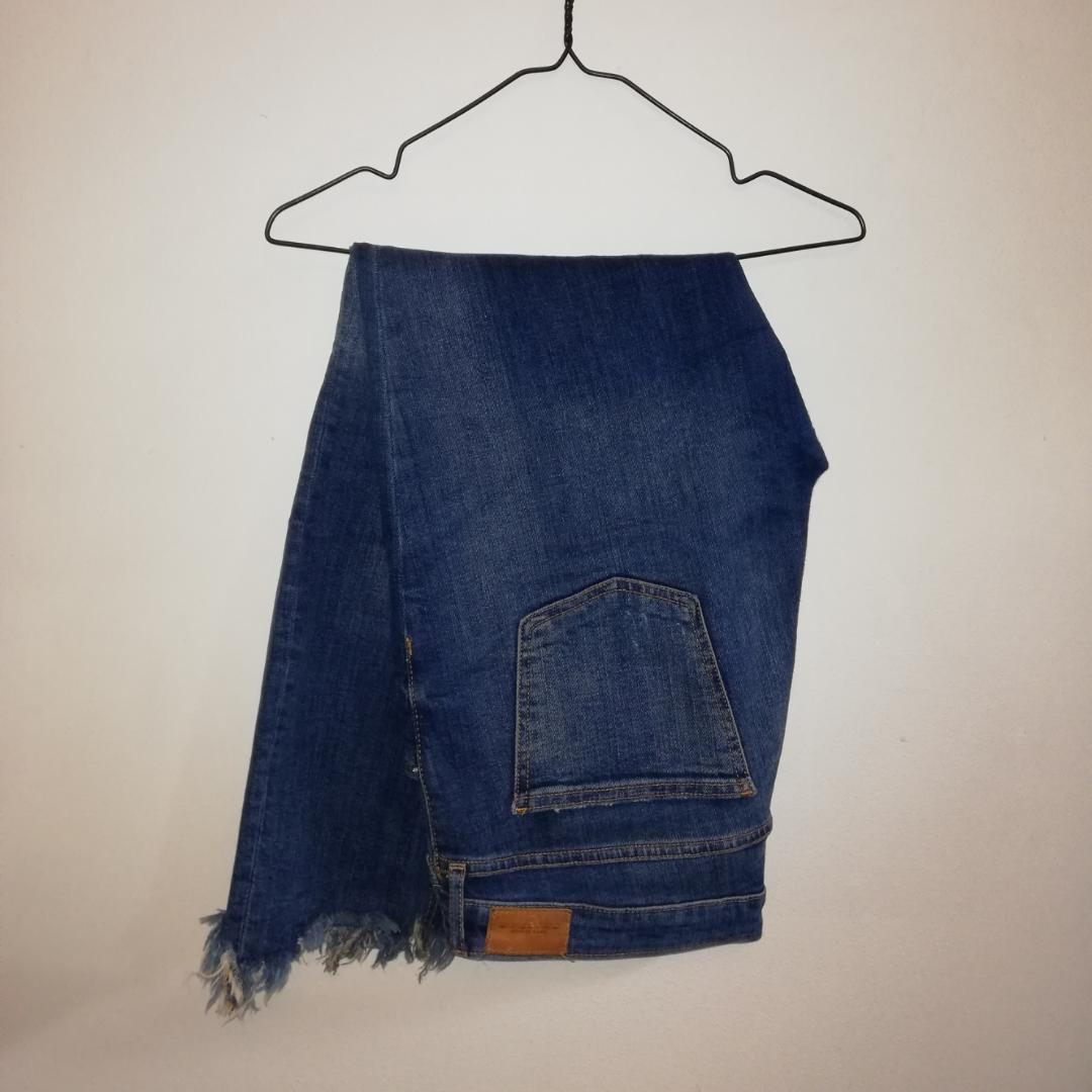 Tajta jeans med slitningar från Zara. Medelhög midja. . Jeans & Byxor.